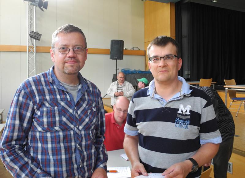 Turniersieger Davor Maric aus Kassel (links) und Schiedsrichter Jörg Witthaus (rechts)