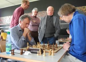 Brett 6 Kölle-Prof. Kraft Special Kiebitz (3.v.l.): Niedersachsens Rekordmeister Manfred Heilemann