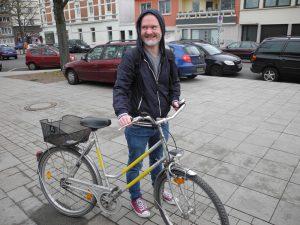So sehen Sieger aus: Dennie mit Hightec-Fahrrad