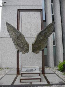 Adlerflügel statt Sitzkissen vor der Mexikanischen Botschaft in Berlin